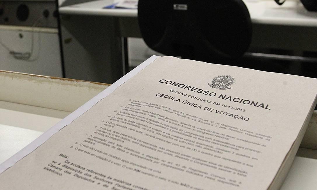 A cédula única de votação com 3 mil vetos presidenciais, que serão usadas na sessão de amanhã do Congresso Nacional Foto: André Coelho / Agência O Globo