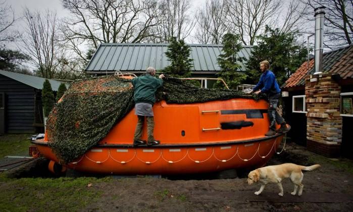 Quem acredita no apocalipse preferiu se preparar. Na Noruega, este homem montou, com um amigo, um bote salva-vidas, para o caso de um dilúvio ROBIN VAN LONKHUIJSEN / AFP