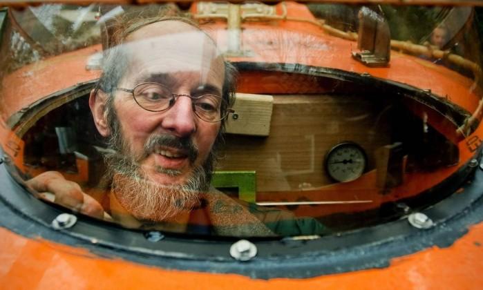 Estacionado no jardim de sua casa, o bote está aberto aos vizinhos que quiserem se salvar ROBIN VAN LONKHUIJSEN / AFP