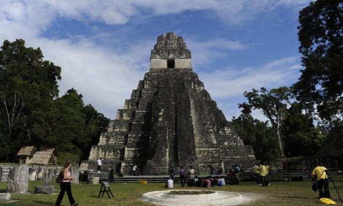 Segundo interpretações de um calendário maia, o fim do mundo está marcado para esta sexta-feira, 21 de dezembro. O templo maia Gran Jaguar, a 560 quilômetros da Cidade da Guatemala, é um dos atrativos aos que acreditam que o apocalipse chegará amanhã Jogan Ordonez / AFP