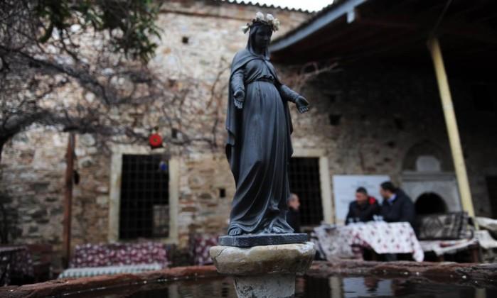 O motivo da crença é devido à suposta proteção da Virgem Maria, que teria subido ao Céu a partir deste local. Em uma igreja da região, uma estátua da santa atrai curiosos Bulen Kilic / AFP