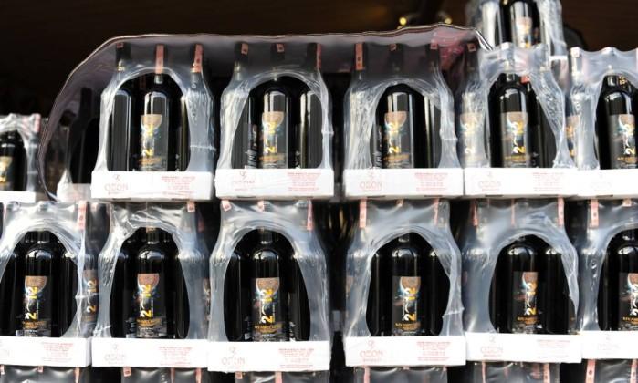 """No local, também são vendidos vinhos com a inscrição """"o fim do mundo"""". BULENT KILIC / AFP"""