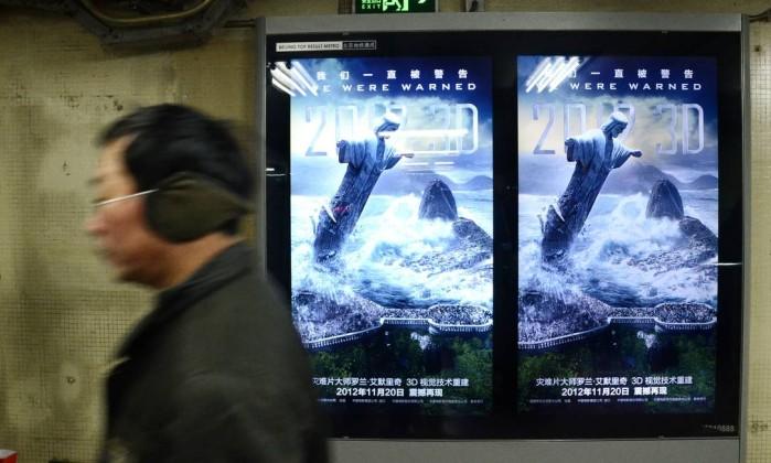 """Na China, cerca de mil pessoas foram presas acusadas de espalhar rumores sobre o fim do mundo. Nesta estação de metrô chinesa, a propaganda do filme """"2012"""", baseado na profecia apocalíptica WANG ZHAO / AFP"""