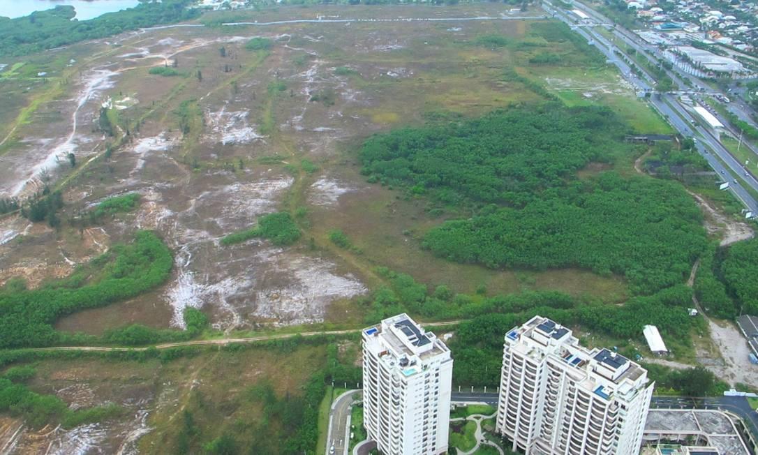 Vista área do local onde deve ser construído o campo de golfe, na Reserva de Marapendi Foto: Genílson Araújo / O Globo