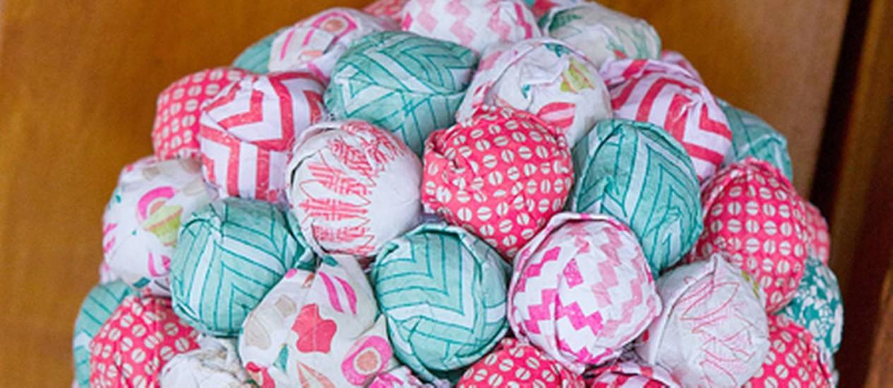 Papéis de presente viram matéria prima de enfeites de Natal, pelo blog Crate Paper Foto: Reprodução internet