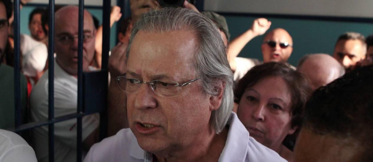 José Dirceu recebeu a notícia da negativa do pedido de prisão em casa com a família e amigos Foto: Arquivo O Globo 07/10/2012 / Michel Filho