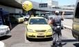 Prefeitura realiza operação contra táxis irregulares no Aeroporto Tom Jobim, na Ilha do Governador, nesta sexta-feira