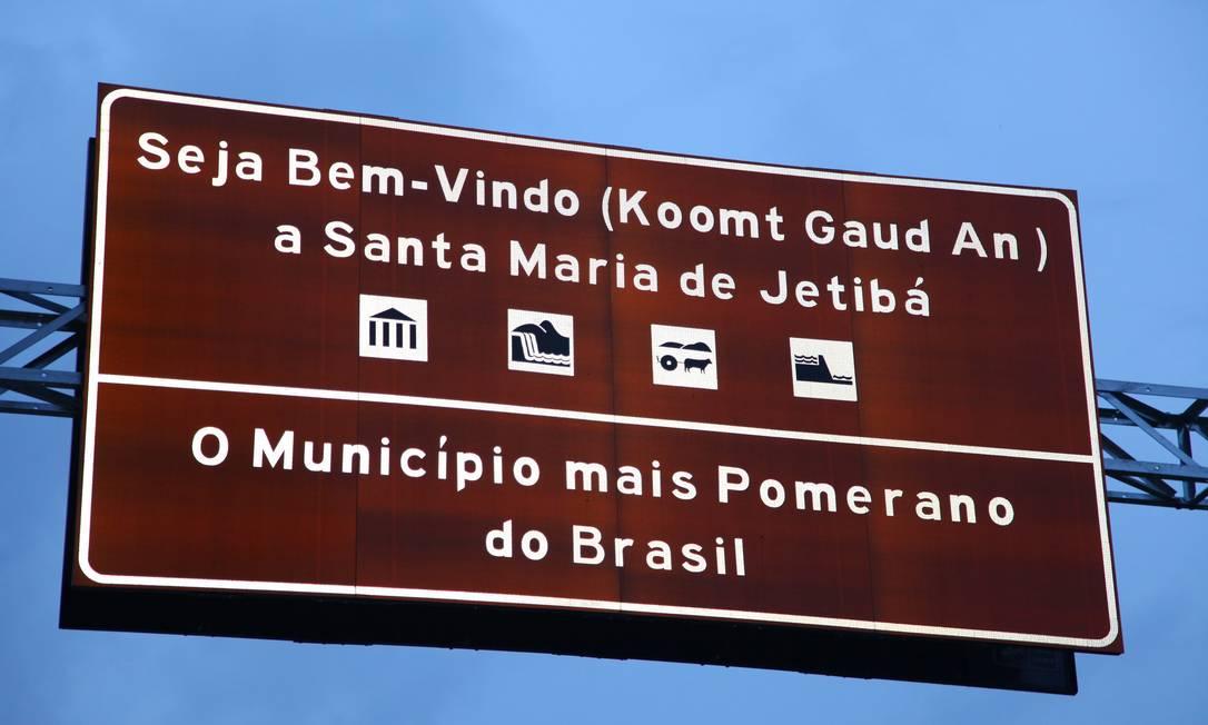Língua co-oficial . Na placa na entrada da cidade, boas-vindas em pomerano Foto: Marcelo Prest