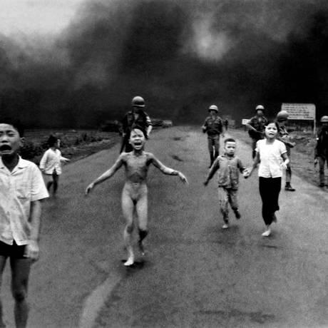 A foto mais importante da guerra do Vietnã, que deu o prêmio Pulitzer a Nick Ut, mostra a menina Kim Phuc nua, correndo, após explosão Foto: AP Photo/Huynh Cong Nick Ut
