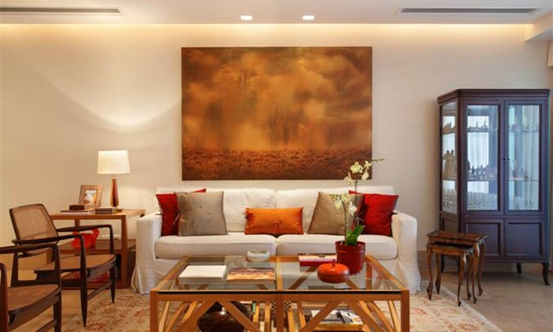 No projeto das arquitetas Carmem Zaccaro e Marise Kessel, móveis de madeira de estilo clássico e moderno convivem harmoniosamente em torno do sofá branco. Para destacar o estofado, a dupla optou por diferentes tons de capas de almofada Divulgação