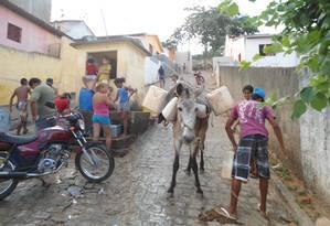 Seca. Em Alagoa Grande, Paraíba, moradores têm de pegar água num chafariz; lá, o salário do prefeito foi a R$ 18 mil, aumento de 80% Foto: Terceiro / Jornal Portal do Julio