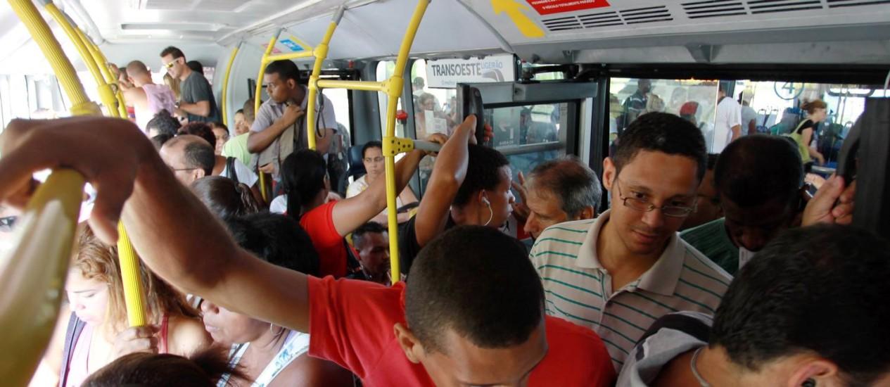 Passageiros enfrentam ônbus lotado em direção à Barra Foto: Gabriel de Paiva / O Globo