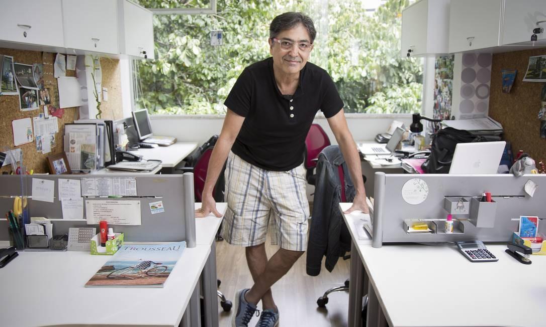 Paulinho Barroso, diretor artístico da Backstage, trabalha de bermuda no calor Foto: Mônica Imbuzeiro / O Globo