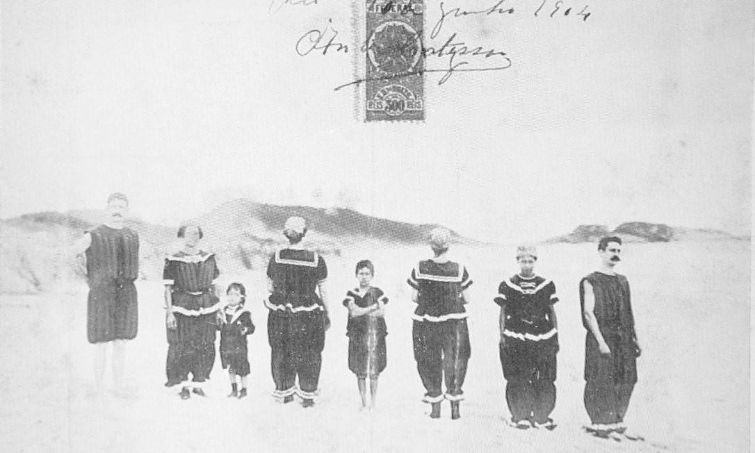 """No Rio de 1904, a moda eram """"vestimentas flutuantes para banho"""". A foto faz parte de um cartão-postal do Ministério da Justiça Reprodução/Acervo Fernando da França Leite"""