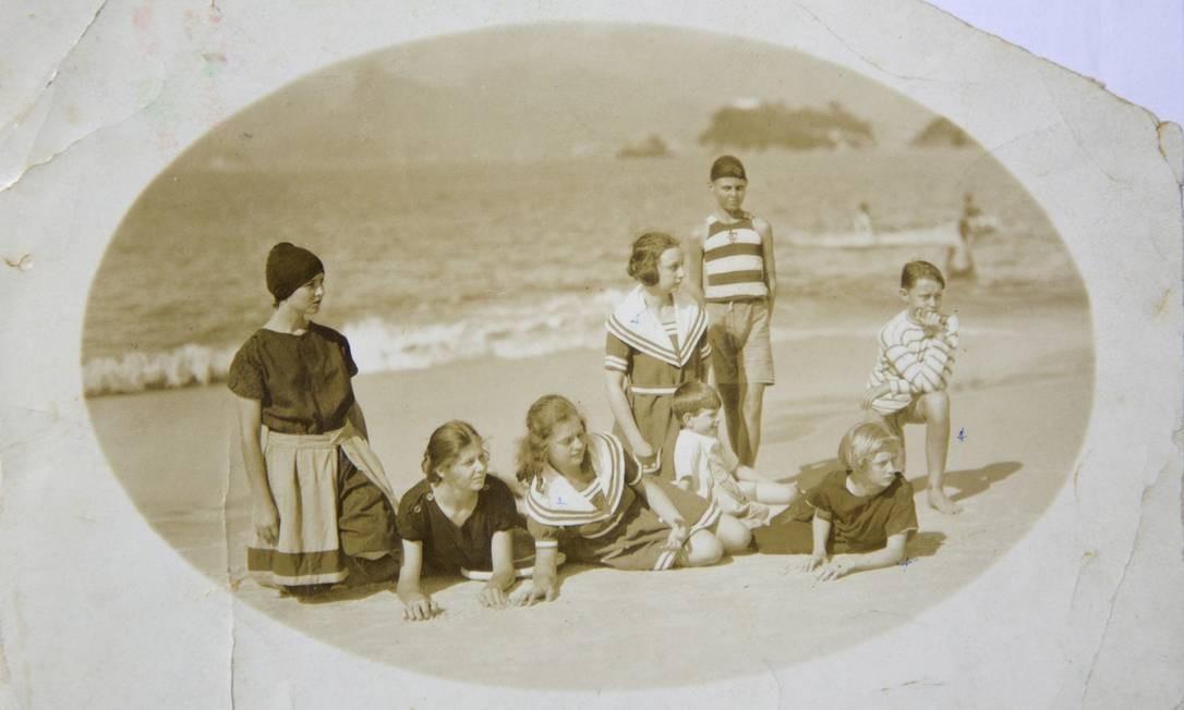 A moda praia estilo marinheiro numa foto antiga, sem data, feita na Praia de Icaraí Reprodução/Acervo de Fernando da França Leite