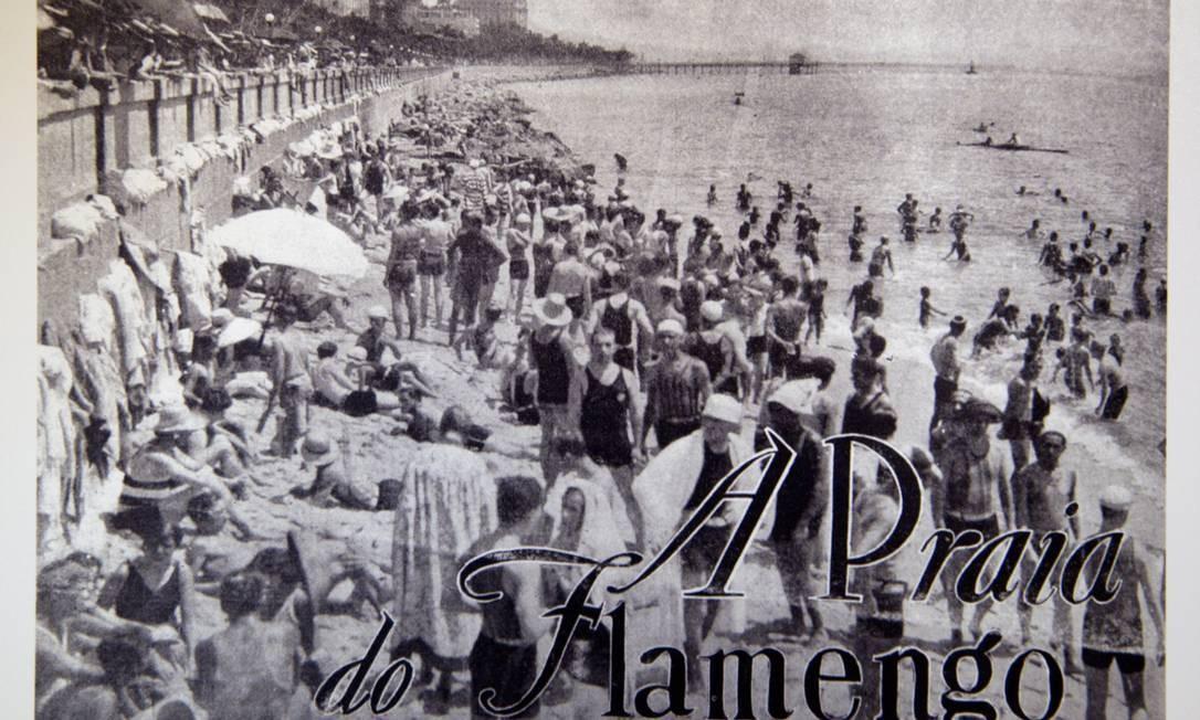 Banhistas em trajes da década de 20 na Praia do Flamengo, ainda com a murada. A foto, de 1928, foi publicada na Revista da Semana Foto: Reprodução/Acervo de Fernando da França Leite