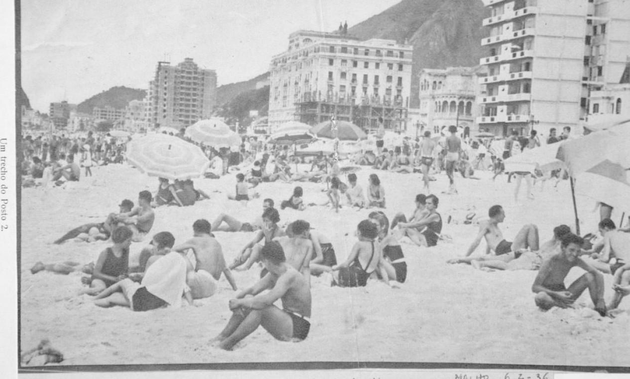 """Cariocas curtindo um solzinho no Posto 2, em Copacabana, """"antes de cahir nágua"""": foto saiu na revista Careta no ano de 1932 Foto: Reprodução/Acervo de Fernando da França Leite"""