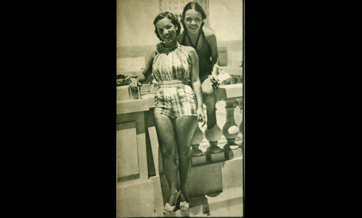 Carmen e Aurora Miranda com roupas de verão na sacada do Copacabana Palace no início dos anos 30. A foto saiu na revista Fon-Fon Foto: Reprodução/Acervo de Fernando da França Leite