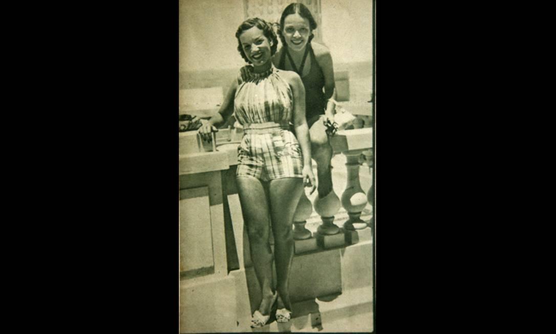 Carmen e Aurora Miranda com roupas de verão na sacada do Copacabana Palace no início dos anos 30. A foto saiu na revista Fon-Fon Reprodução/Acervo de Fernando da França Leite