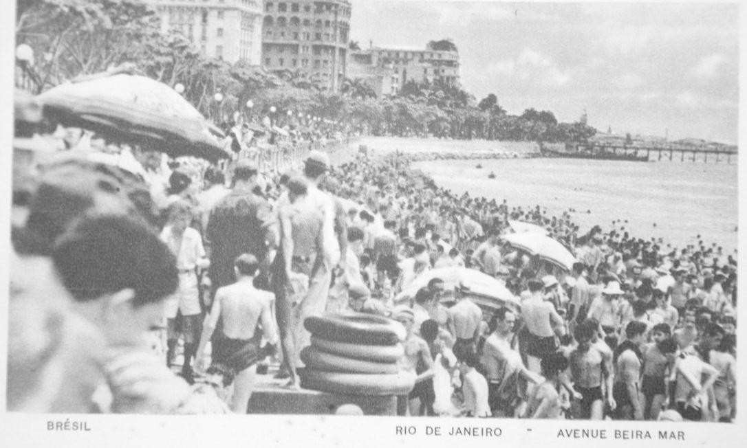 A areia da Avenida Beira Mar — quando ainda era orla — totalmente tomada num cartão-postal, provavelmente da virada dos anos 40 para 50 Foto: Reprodução/Acervo de Fernando da França Leite