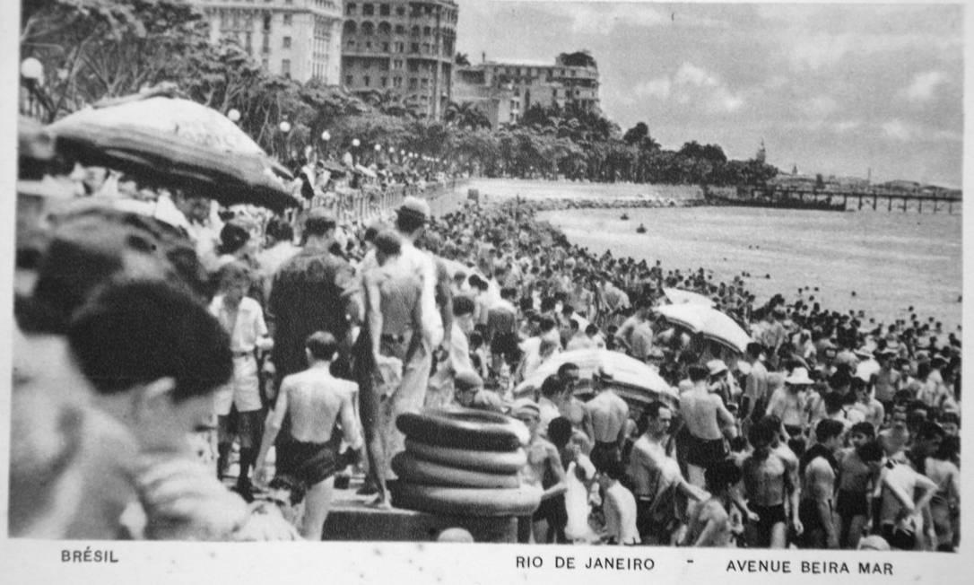 A areia da Avenida Beira Mar — quando ainda era orla — totalmente tomada num cartão-postal, provavelmente da virada dos anos 40 para 50 Reprodução/Acervo de Fernando da França Leite