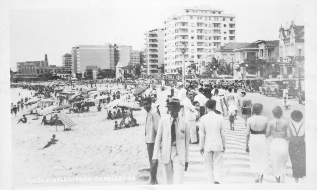 Banhistas na areia e elegância no calçadão de Copacabana da década de 50. A foto faz parte de um cartão-postal Reprodução/Acervo de Fernando da França Leite