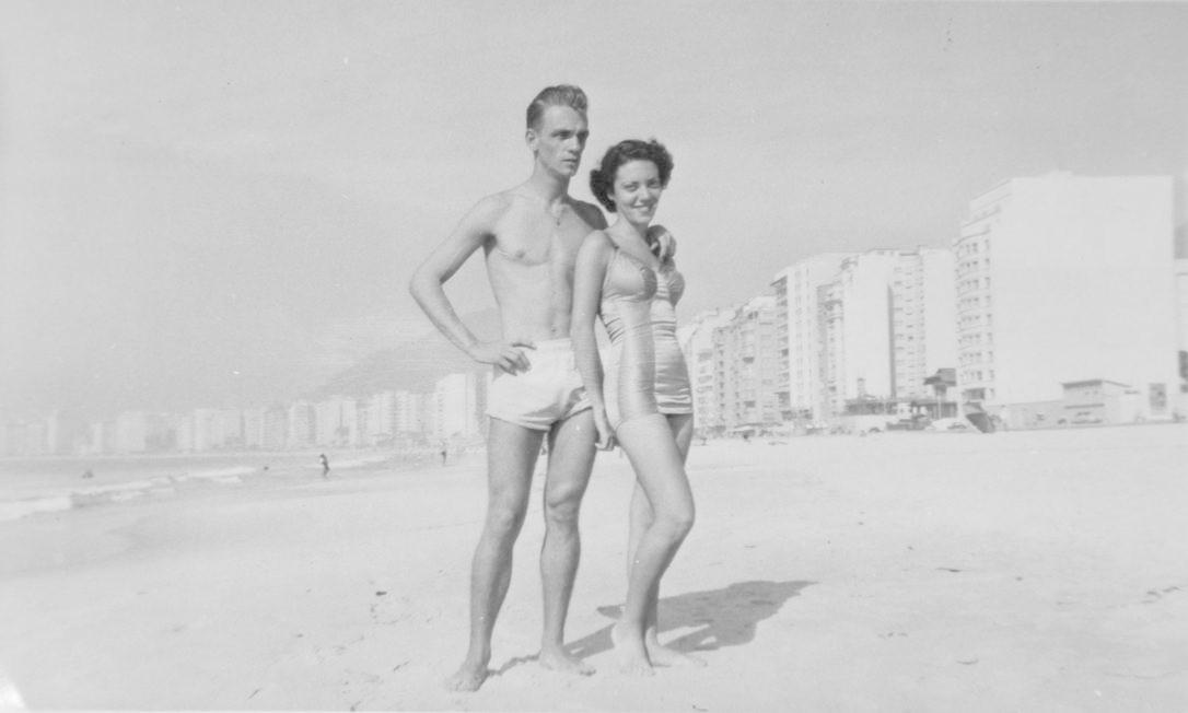 Um casal posa para foto na Praia de Copacabana. A foto é de 1956 Reprodução/Acervo de Fernando da França Leite