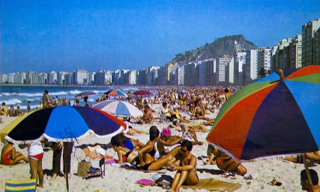 A Praia de Copacabana colorida pelos guarda-sóis: cena, reproduzida num cartão-postal dos anos 1960, ficou no passado. Hoje os tons pasteis dominam a praia Reprodução/Acervo de Fernando da França Leite