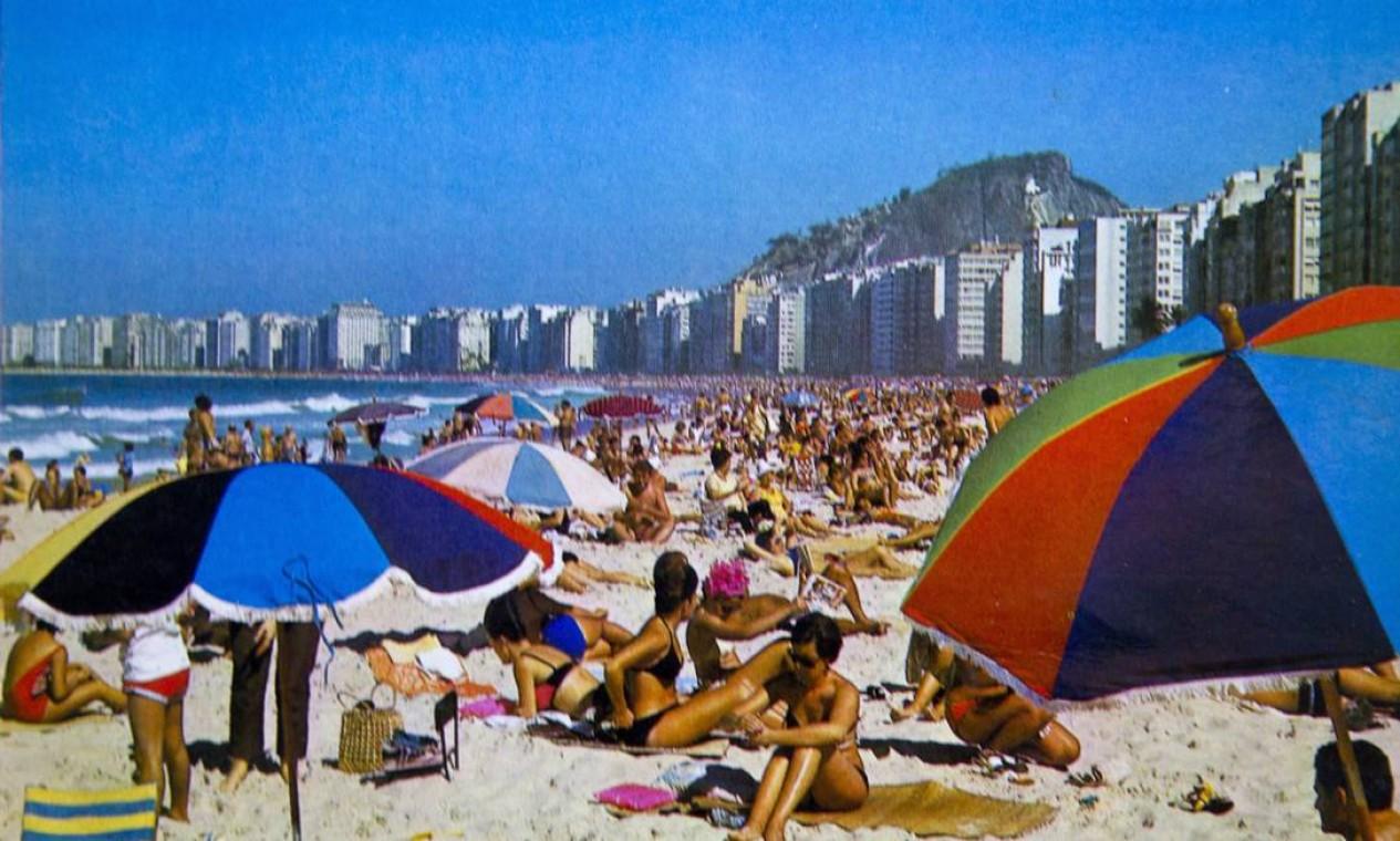A Praia de Copacabana colorida pelos guarda-sóis: cena, reproduzida num cartão-postal dos anos 1960, ficou no passado. Hoje os tons pasteis dominam a praia Foto: Reprodução/Acervo de Fernando da França Leite