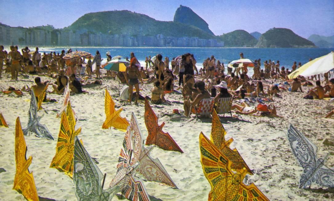 As famosas pipas em forma de papagaio e pássaro, uma febre na Praia de Copacabana nos anos 60 e 70. O cartão-postal, com banhistas ao fundo, é do fim da década de 60 Foto: Reprodução/Acervo de Fernando da França Leite