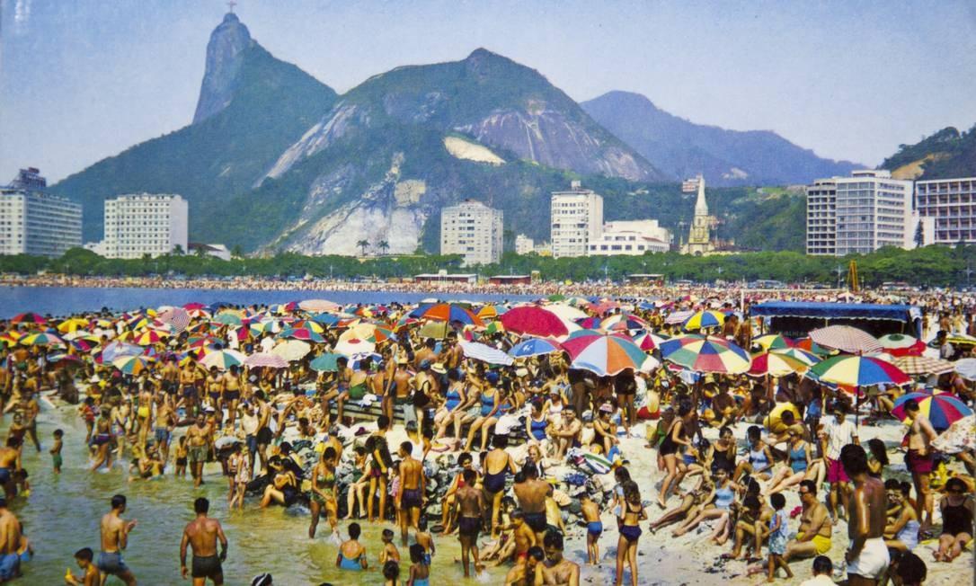 A Praia de Botafogo tomada por banhistas nos anos 60: cena incomum hoje em dia. A imagem faz parte de um cartão-postal Foto: Reprodução/Acervo de Fernando da França Leite