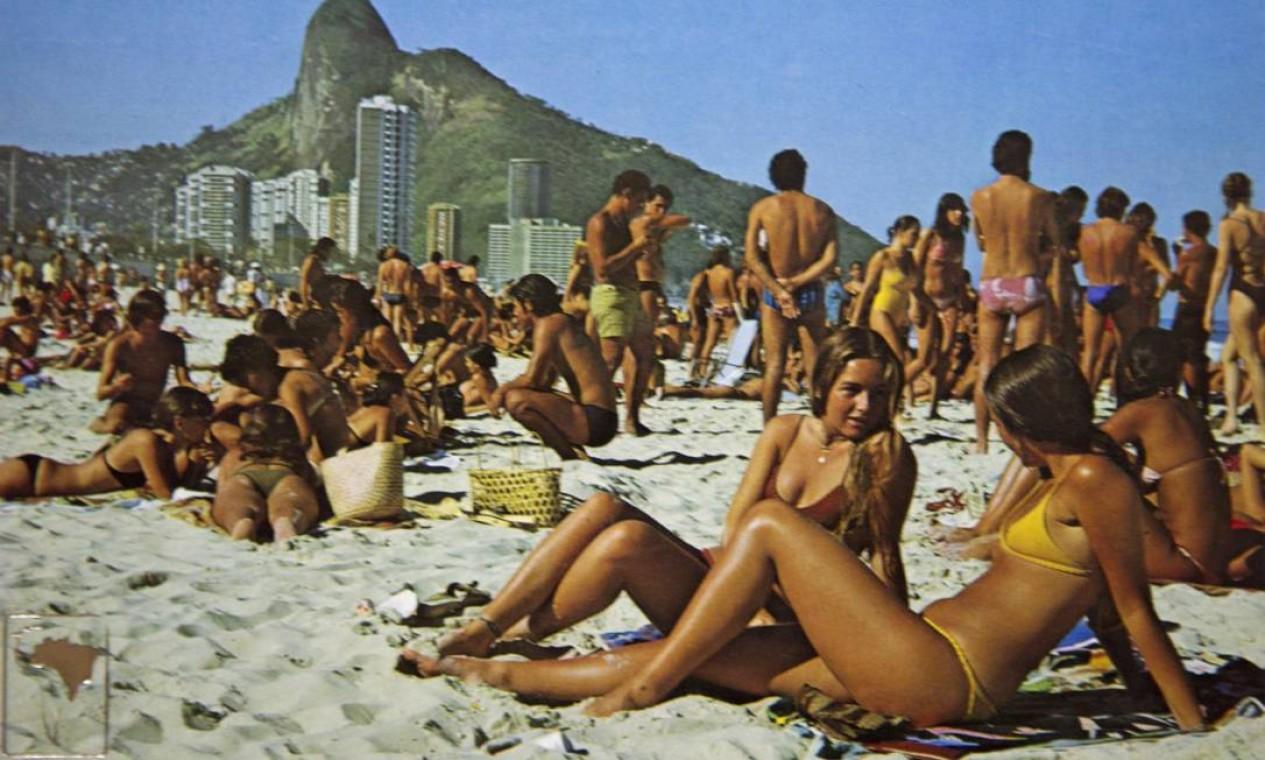 Meninas de São Conrado: a praia, cheia num dia de sol, foi reproduzida em um postal dos anos 80 Foto: Reprodução/Acervo de Fernando da França Leite