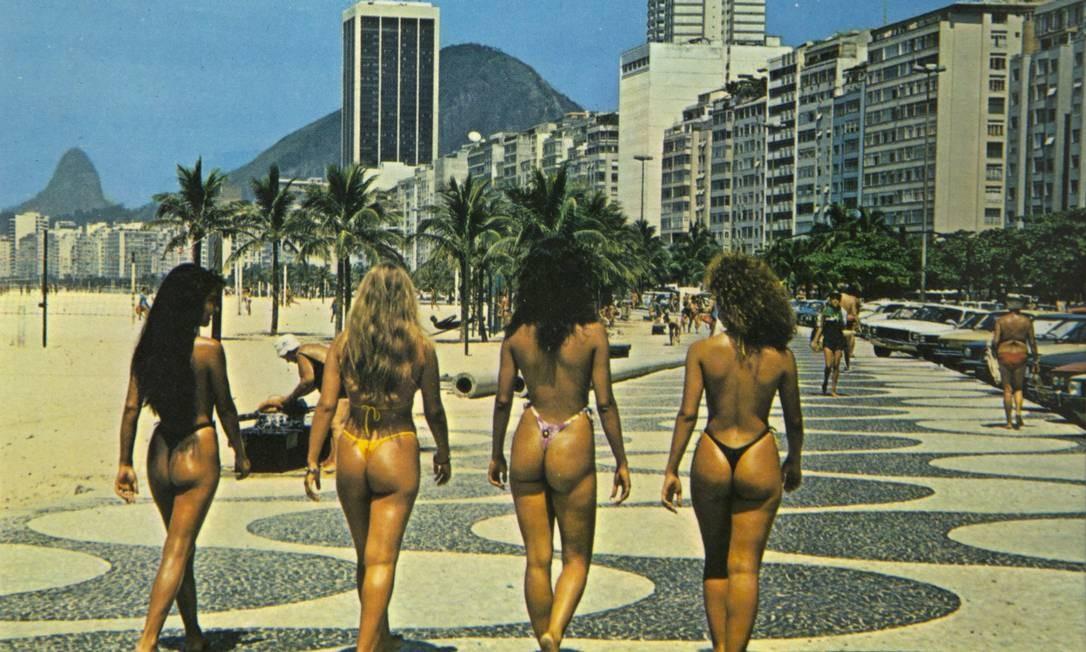 Raridade: um exemplar de cartão-postal dos anos 90 que valorizava as curvas da mulher carioca. Estas, caminhavam na Praia de Ipanema. Em 2005 o estado proibiu a comercialização desse tipo de recordação, que acabou sumindo das bancas Reprodução/Acervo de Fernando da França Leite
