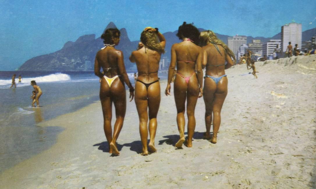 Mais garotas cariocas fotografadas com seus biquínis modelo fio dental, desta vez em Copacabana. O cartão-postal é dos anos 90 Reprodução/Acervo de Fernando da França Leite