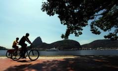 Ciclistas passeiam na ciclovia do Aterro Foto: Ana Branco / O Globo