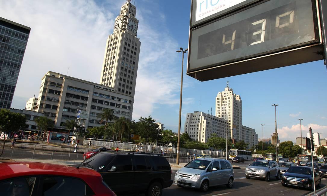Termômetro marca 43 graus na Central do Brasil Foto: Ivo González / O Globo