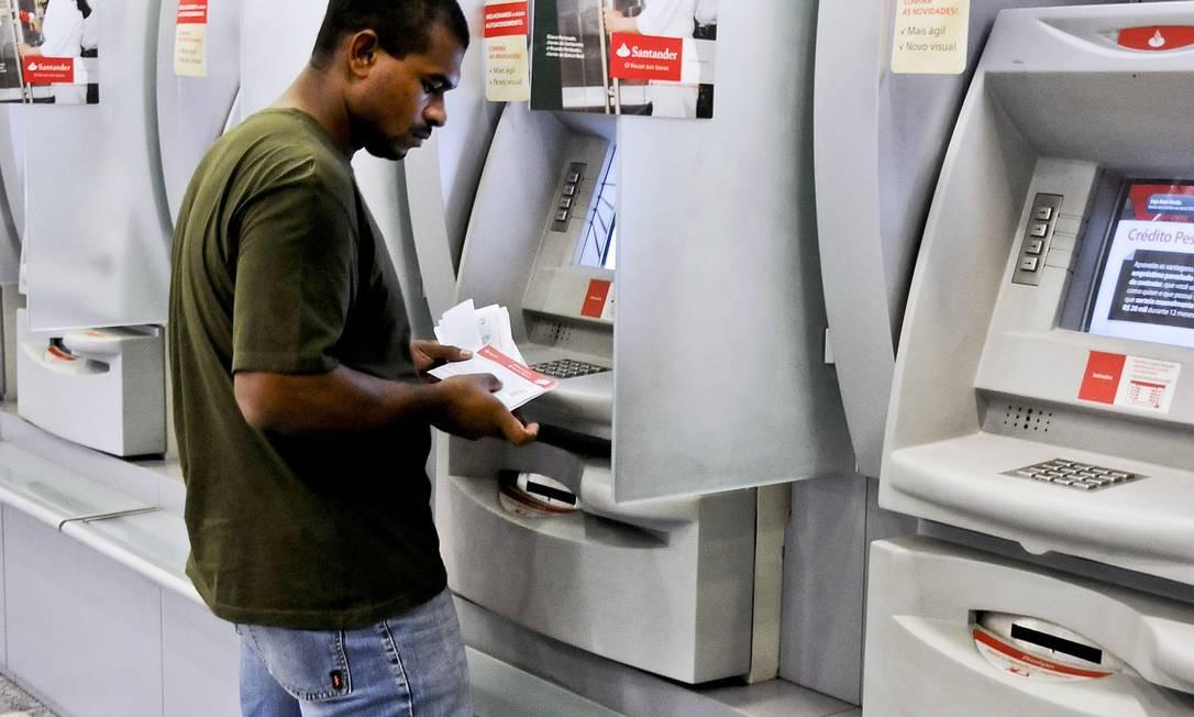 Ao contrário da conta corrente, a salário só pode ser aberta pelo empregador Foto: Paulo Fridman / Bloomberg