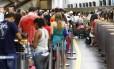 Passageiros que aguardam para embarcar no Terminal 1 do Tom Jobim, setor A, sofrem com excesso de calor, horas após apagão no aeroporto