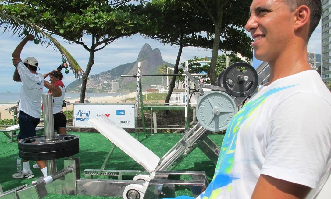 Italiano Felipo Tusi, de 25 anos, de férias no Rio diz que vai malhar todos os dias em que estiver na cidade Foto: Terceiro / Carolina Farias O Globo