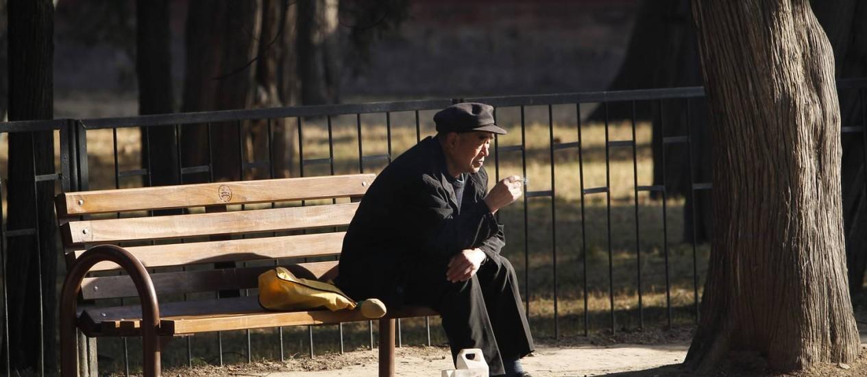 Idoso chinês sozinho em parque no centro de Beijing Foto: AP/Vincent Thian/Arquivo