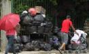 Em Itaquaquecetuba, Grande São Paulo, sacos de lixo se amontoam diante da estação de trem Foto: O Globo / Michel Filho