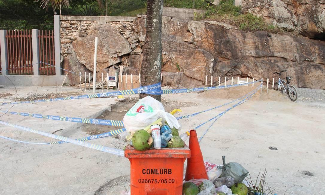 O local da cabine sem licença, já demolida, virou depósito de lixo Foto: Fábio Rossi / O Globo
