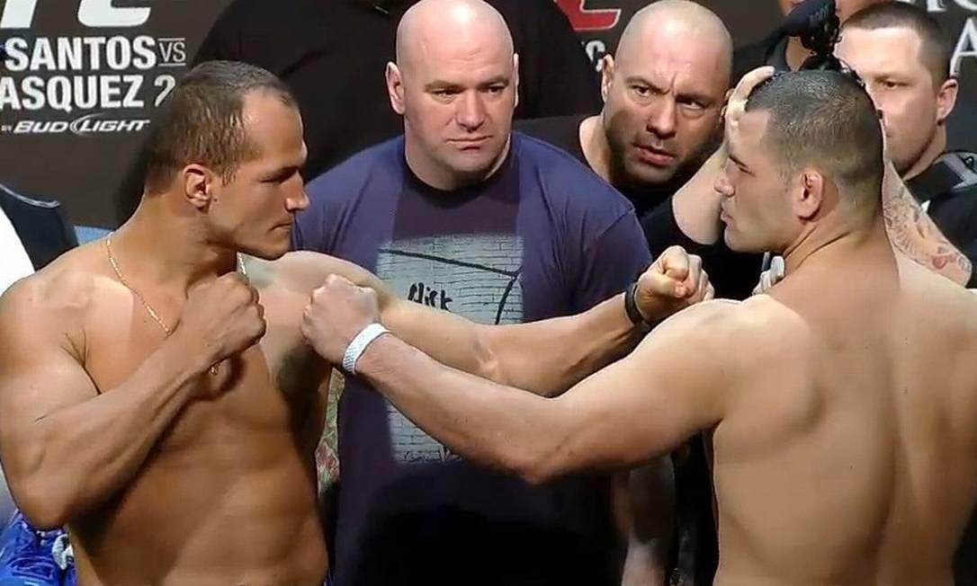 Júnior Cigano (à esquerda) e Cain Velasquez se encaram após a pesagem para o UFC 155 Foto: Reprodução/Youtube
