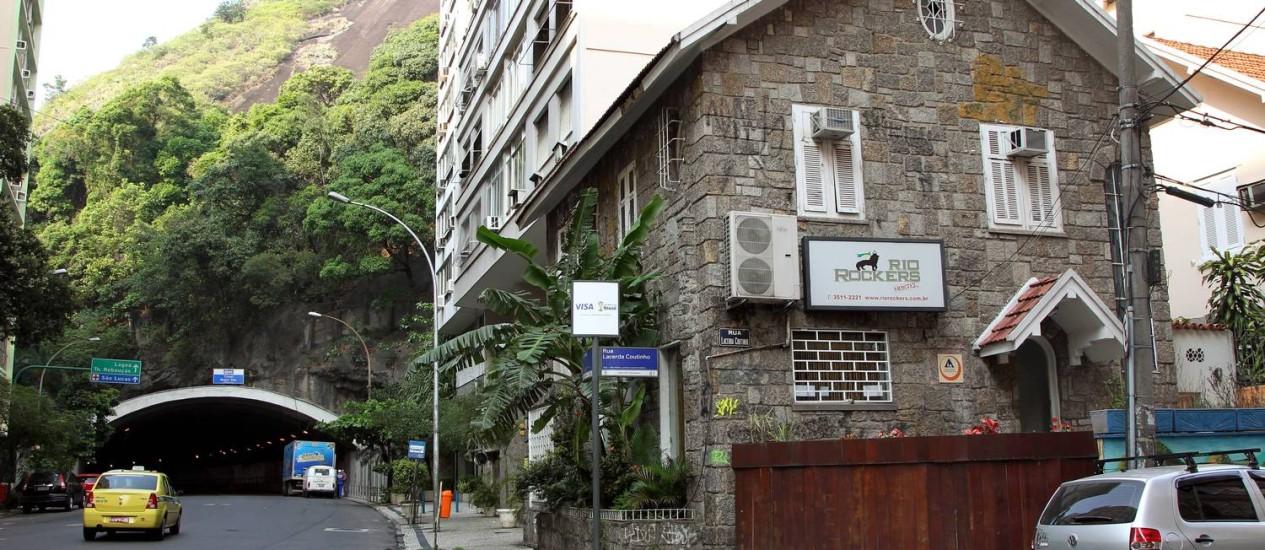 A fachada do albergue Rio Rockers Hostel, na Rua Toneleiros Foto: Cezar Loureiro / Agência O Globo