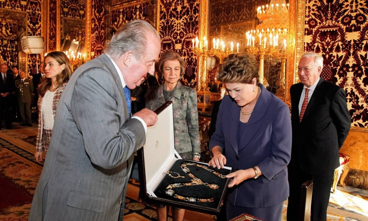 O rei da Espanha, Juan Carlos I, condecorou, em 2012, Dilma com grande colar de Isabel, a Católica. O evento aconteceu em Madri Foto: Roberto Stuckert Filho / Agência O Globo