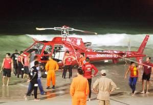 Aeronave do Corpo de Bombeiros é retirada do mar de Copacabana na madrugada de domingo / Foto: Fernando Quevedo / O Globo