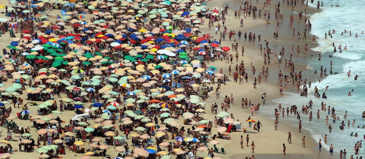 Banhistas disputam a areia, colorida por guarda-sóis, e até espaço na água na Praia do Leblon, às vésperas do réveillon que deverá reunir 2,3 milhões de pessoas / Foto: Márcio Alves / O Globo