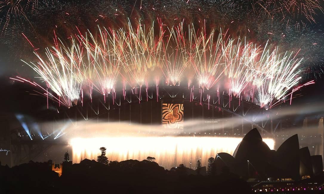 Fogos explodem em Sydney, na Austrália, em torno da Ponte da Baía de Sydney e da Ópera DAVID GRAY / REUTERS