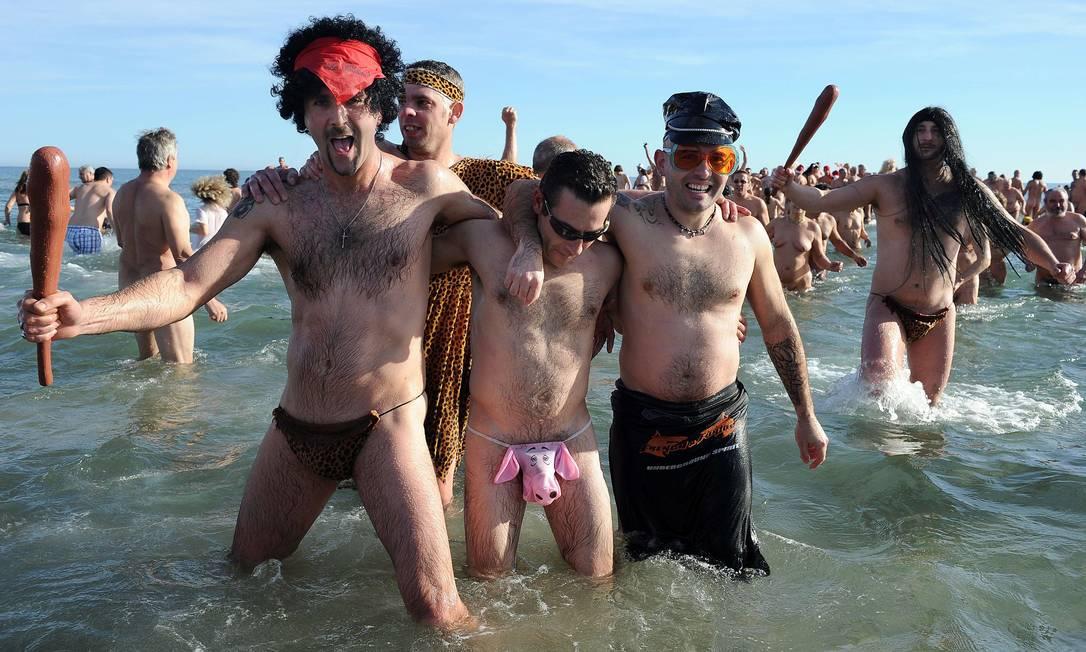 Na França, cerca de 500 pessoas participam do tradicional banho de mar que marca o fim do ano, numa praia nudista em Le Cap d'Agde, no sul do país PASCAL GUYOT / AFP