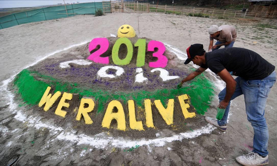 Indiano cria instalção para receber 2013 no leito do rio Brahmaputra, na cidade de Guwahati BIJU BORO / AFP